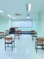 ห้องติวโต๊ะเรียนจัดเว้นระยะห่าง ตามมาตราการโควิด-19 และมีการทำความสะอาดสม่ำเสมอ